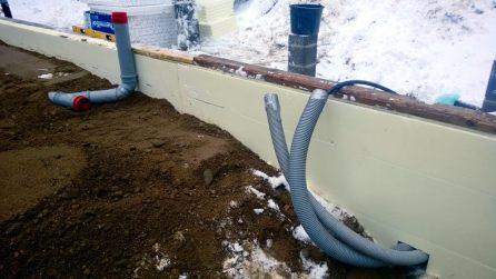 Sähköputket ja takana vessan putki
