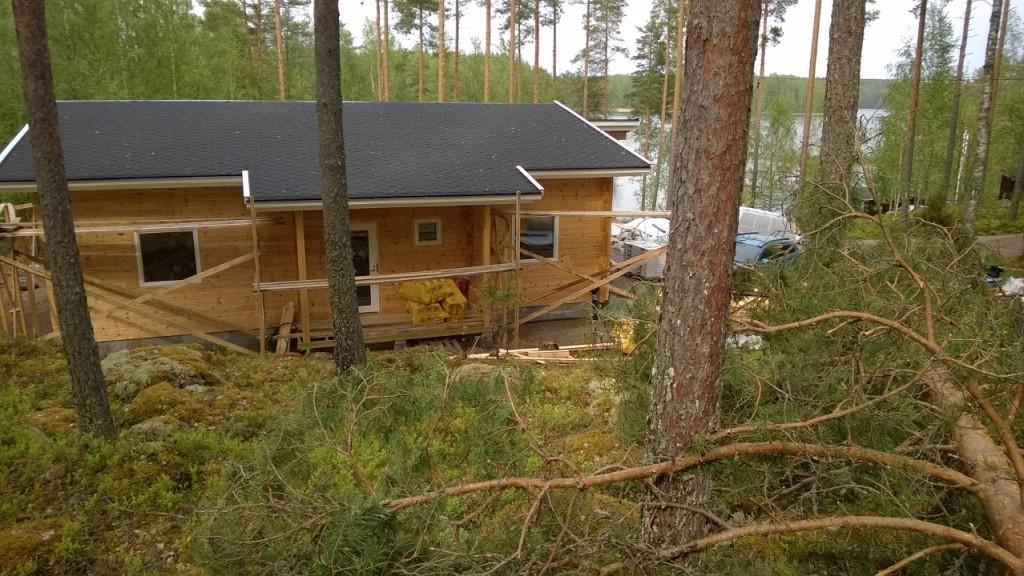 Kaatuneet Puut Lähellä Taloa